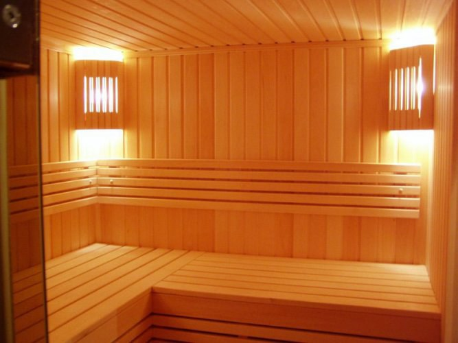 Сауна, отделанная деревянной вагонкой.